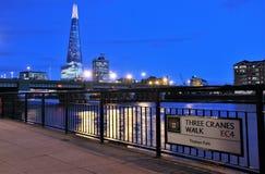 Modern arkitekturiand Thames River royaltyfri foto