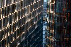 Modern arkitekturkontor och hyreshusfasad Arkivfoto