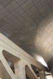 Modern arkitekturkurvor och betong arkivfoto