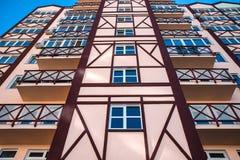 Modern arkitekturlägenhets fasad för vägg med fönster royaltyfria bilder
