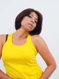 Modern asiatisk kvinna med gulingöverkanten Royaltyfri Bild