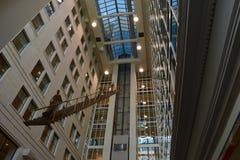 Modern Atrium die een Uniek Beeldhouwwerk huisvesten stock foto's
