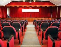 Modern Auditorium met Rode Gordijnen stock afbeeldingen