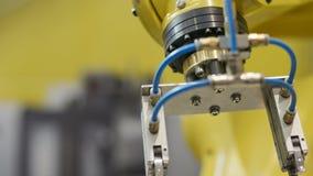 Modern automatiserad robotic arm på produktionfabriken lager videofilmer