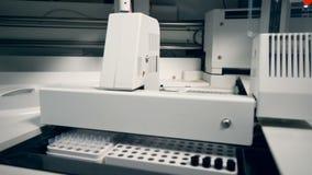 Modern automatiserad utrustning för farmaceutisk bransch lager videofilmer