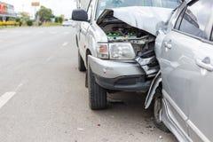 Modern autoongeval die twee auto's op de weg impliceren stock foto