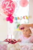 Modern avfyrar upp stearinljus på födelsedagkakan royaltyfri fotografi