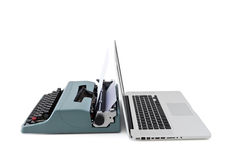 Modern bärbar dator vs den gamla skrivmaskinen Arkivfoto