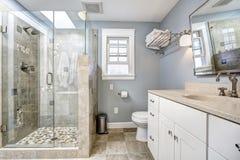 Modern badruminre med den glass dörrduschen fotografering för bildbyråer