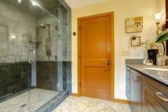 Modern badruminre med den glass dörrduschen royaltyfri foto