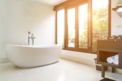 Modern badruminre med det vita ovala badkaret Arkivbilder