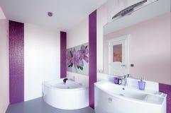 Modern badruminre med en mosaikpanel Vit badkaragai arkivbilder