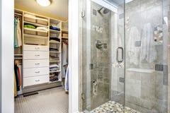 Modern badruminre med gå-i garderoben royaltyfria foton