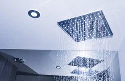 Modern badruminre med takduschen fotografering för bildbyråer