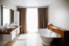 Modern badruminre, stor design inre modernt f?r badrum Inget inom Tr? texturerar royaltyfri foto