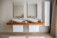 Modern badruminre, stor design inre modernt f?r badrum Inget inom Tr? texturerar royaltyfria foton