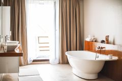 Modern badruminre, stor design Lyxig livsstil Inget inom arkivbilder