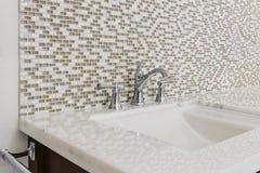 Modern badrumvask och fast tillbehör Royaltyfri Bild