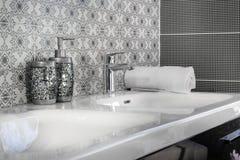 Modern badrumvattenkran Royaltyfri Fotografi