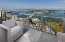 Modern balkon met een grote mening Stock Foto's