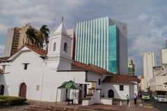 Modern bankbyggnad bak den Iglesia de la Merced kyrkan royaltyfria foton