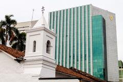 Modern bankbyggnad bak Iglesia de la Merced royaltyfri bild