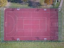 Modern basketbalhof onder de open hemel met kunstmatige rode deklaag Plaats van de gebeurtenissen van teamsporten Lichamelijke op royalty-vrije stock foto's