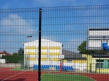 Modern basketdomstol i borggården av grundskola för barn mellan 5 och 11 år Multifunctional lekplats för barn` s med ytbehandlat  Arkivbild