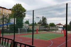 Modern basketdomstol i borggården av grundskola för barn mellan 5 och 11 år Multifunctional lekplats för barn` s med ytbehandlat  Royaltyfri Fotografi