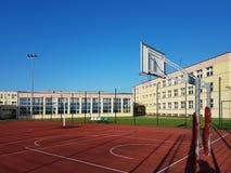 Modern basketdomstol i borggården av grundskola för barn mellan 5 och 11 år Multifunctional lekplats för barn` s med ytbehandlat  Royaltyfri Foto