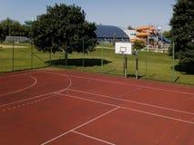 Modern basketdomstol i borggården av grundskola för barn mellan 5 och 11 år Multifunctional lekplats för barn` s med ytbehandlat  Arkivbilder