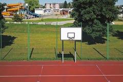 Modern basketdomstol i borggården av grundskola för barn mellan 5 och 11 år Multifunctional lekplats för barn` s med ytbehandlat  Royaltyfri Bild