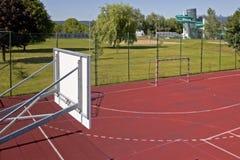 Modern basketdomstol i borggården av grundskola för barn mellan 5 och 11 år Multifunctional lekplats för barn` s med ytbehandlat  Royaltyfria Bilder