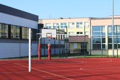 Modern basketdomstol i borggården av grundskola för barn mellan 5 och 11 år Multifunctional lekplats för barn` s med ytbehandlat  Royaltyfria Foton