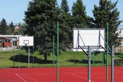 Modern basketdomstol i borggården av grundskola för barn mellan 5 och 11 år Multifunctional lekplats för barn` s med ytbehandlat  Arkivfoton