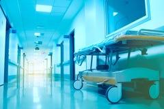 Modern bed op wielen in de het ziekenhuisgang, het eind waarvan is stock afbeelding