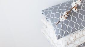 Modern bedlinnen, in tendens, concept van het minimalism het schone huis stock foto