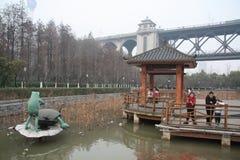Modern beeldhouwwerk en oude brug Royalty-vrije Stock Afbeelding