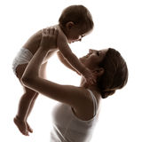 Modern behandla som ett barn, den hapy familjen som upp lyfter barnet Arkivbilder