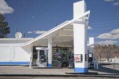 Modern bensinstation för Mid-Century Arkivbild