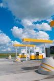 Modern benzinestation op een achtergrondhemel royalty-vrije stock afbeeldingen