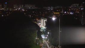 Modern bestuurder-minder metro treinstormloop vooruit, langs nacht Maleisië, Overground-spoorweg, heldere weglichten bij nacht stock videobeelden