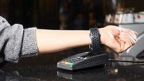 Modern betalingsconcept Close-up die van Klant het betalen met NFC-technologie door slim horloge op hand zonder contact wordt ges stock footage