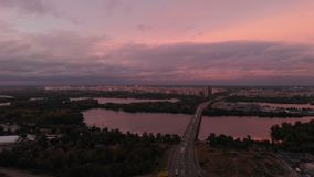Modern bilbro med tung trafik i Kiev över Dniproen i sommar stock video