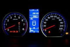 Modern bilhastighetsmätare och upplyst instrumentbräda Fotografering för Bildbyråer