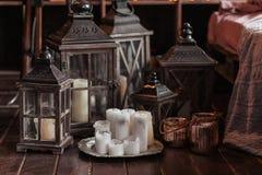 Modern binnenland en huisdecorconcept Met kaarsen, lantaarns en kandelaars Houten delen Stock Foto's