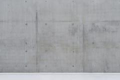 Modern binnenland met concrete muur en een stuk van witte vloer Stock Foto