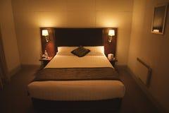 Modern binnenland met de groottebed van de Koning, de ruimte van het Hotel Royalty-vrije Stock Fotografie