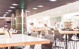 Modern binnenland van cafetaria of kantine met stoelen en lijsten stock foto's