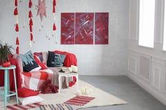 Modern binnenland van de ruimte rode plaid, de kussens op de bank royalty-vrije stock foto's